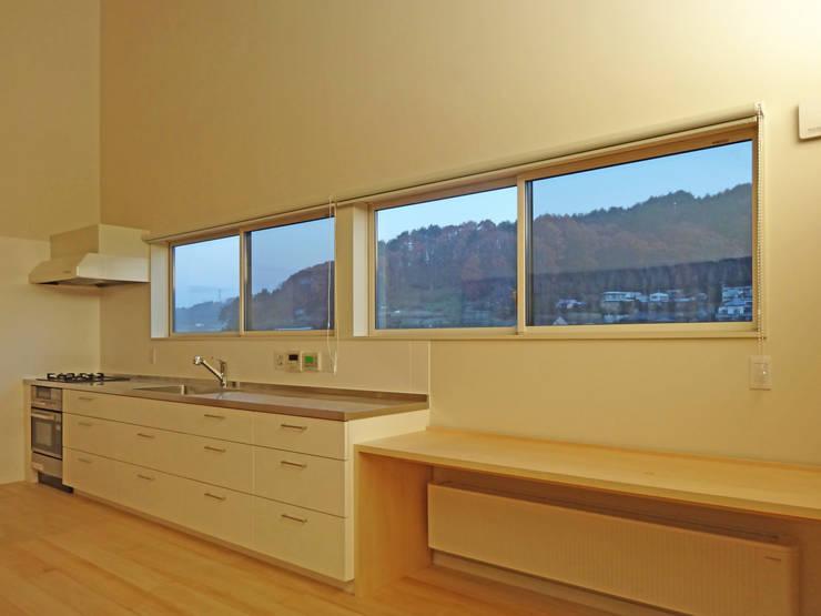 キッチンからの眺望: 田所裕樹建築設計事務所が手掛けたキッチンです。,