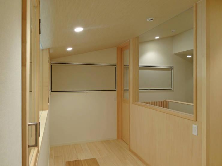 書斎と階段室: 田所裕樹建築設計事務所が手掛けた書斎です。