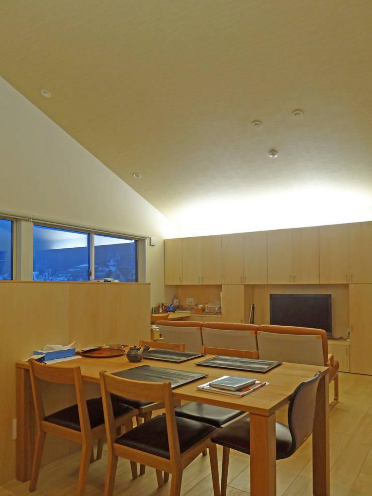 リビング・間接照明: 田所裕樹建築設計事務所が手掛けたリビングです。,
