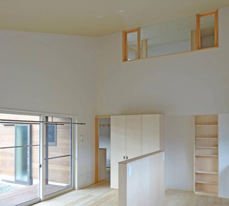 テラス・ダイニング・2階書斎のつながり: 田所裕樹建築設計事務所が手掛けたダイニングです。,