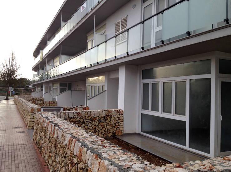 Fachada principal, planta baja: Casas de estilo  de FG ARQUITECTES