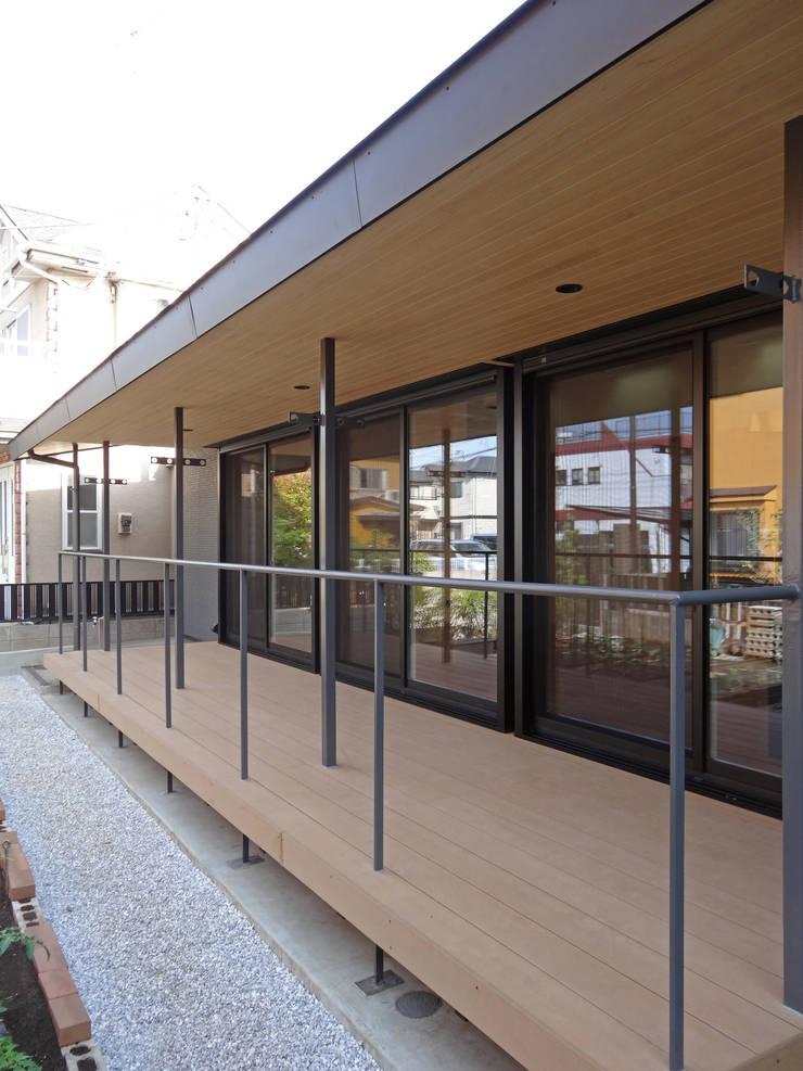 デッキテラス: 田所裕樹建築設計事務所が手掛けたテラス・ベランダです。