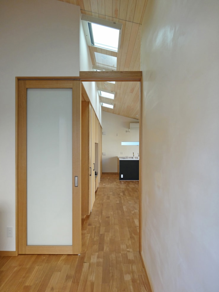 玄関ホール: 田所裕樹建築設計事務所が手掛けた廊下 & 玄関です。