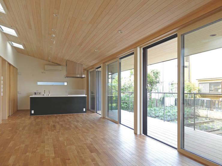 LDKとテラス: 田所裕樹建築設計事務所が手掛けたリビングです。