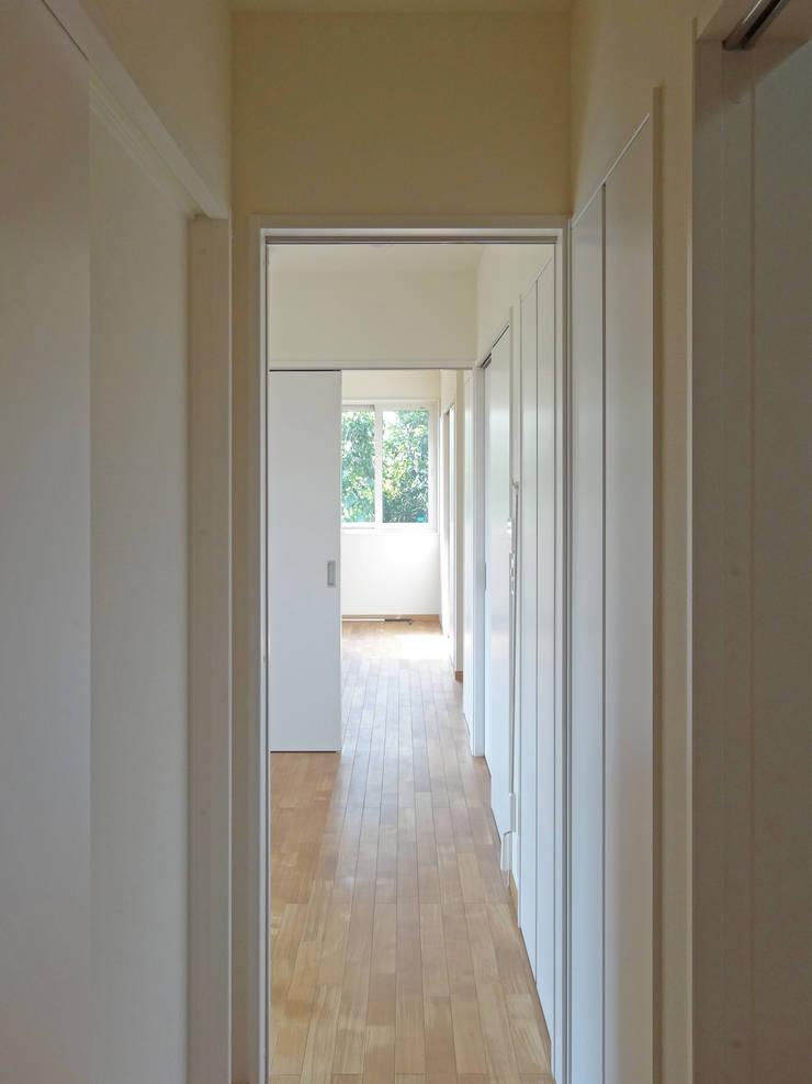 二間続きの寝室: 田所裕樹建築設計事務所が手掛けた廊下 & 玄関です。