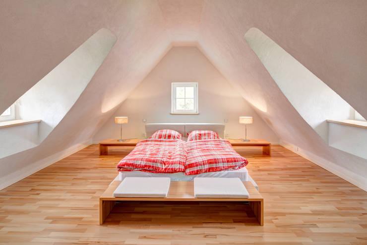 Rekonstruktion Kapitänshaus Born/Ostsee:  Schlafzimmer von Dr. Michael Flagmeyer Architekten