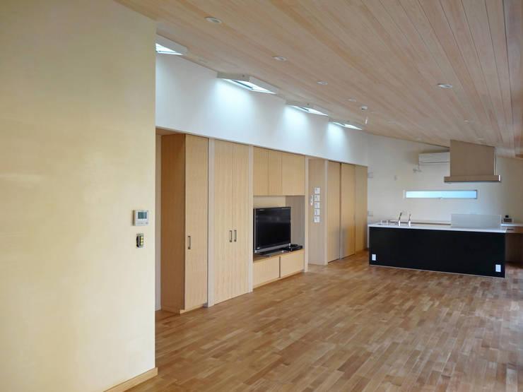 LDK: 田所裕樹建築設計事務所が手掛けたリビングです。