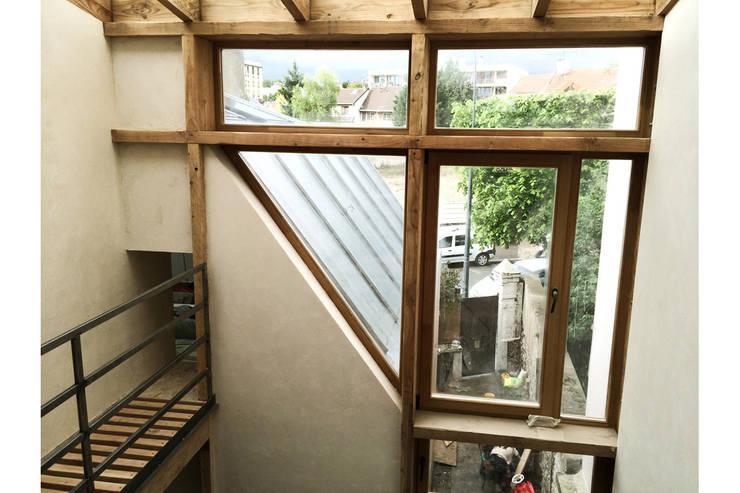 Maison S: Fenêtres de style  par atelier eem