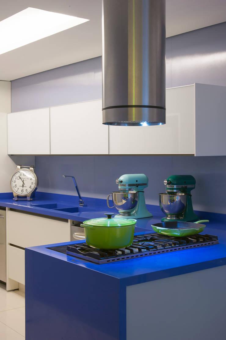 Apartamento Guarujá - São Paulo: Cozinhas modernas por Brunete Fraccaroli Arquitetura e Interiores