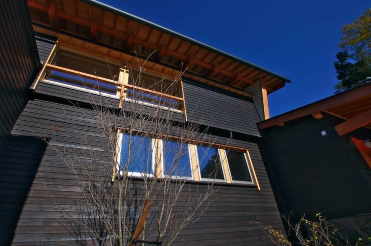 前庭のヤマボウシ: DEMU建築設計事務所が手掛けた家です。