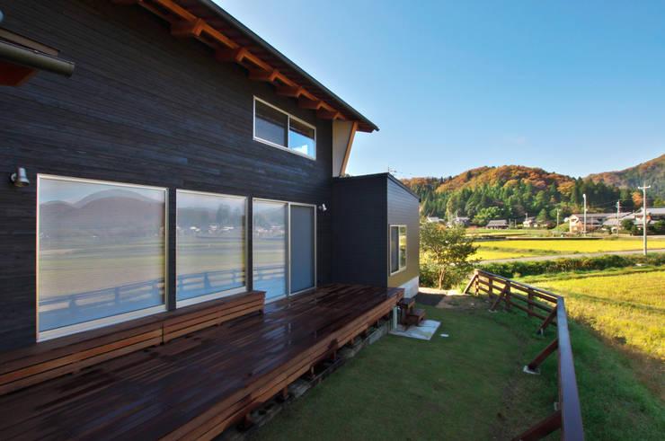 北庭: DEMU建築設計事務所が手掛けた庭です。