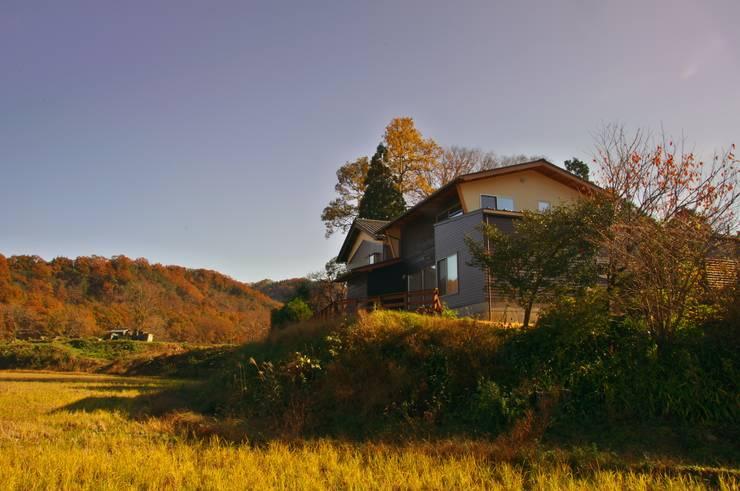 建物裏手の夕景: DEMU建築設計事務所が手掛けた家です。
