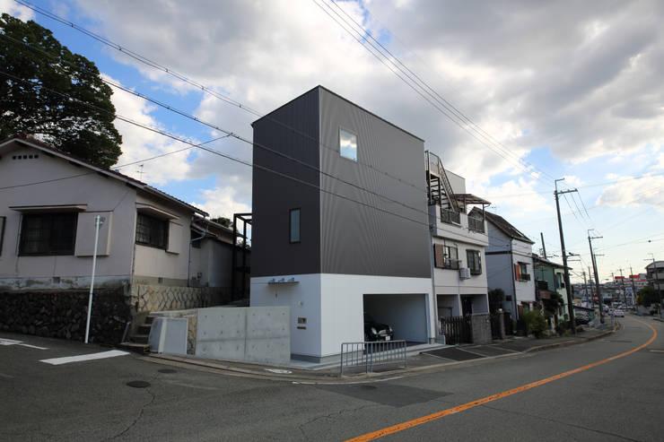 Y邸ガレージハウス: 一級建築士事務所・スタジオインデックスが手掛けた家です。