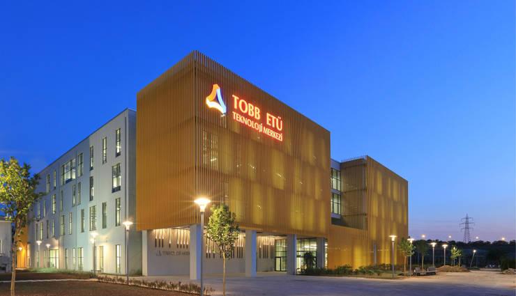 A Tasarım Mimarlık – TOBB ETÜ Teknoloji Merkezi Binası Dış Görünüm:  tarz Okullar, Modern