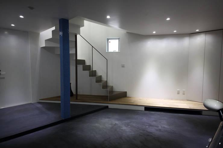 Y邸ガレージハウス: 一級建築士事務所・スタジオインデックスが手掛けた廊下 & 玄関です。