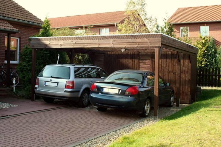 Doppelcarport aus Holz mit Geräteraum: rustikale Garage/Schuppen von Deutsche Carportfabrik GmbH & Co. KG