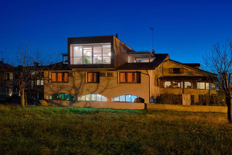 L'attinia e il paguro, una casa di legno sul tetto.: Case in stile  di Studio di Architettura Daniele Menichini