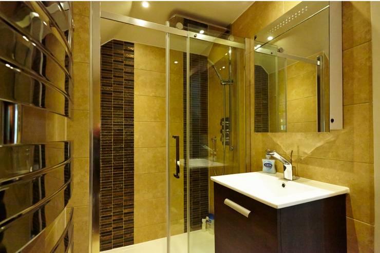 Baños de estilo clásico por Sara Anton Interiors