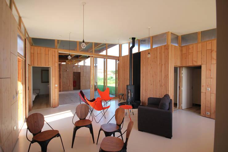 Villas pontons: espace de séjour: Hôtels de style  par TICA