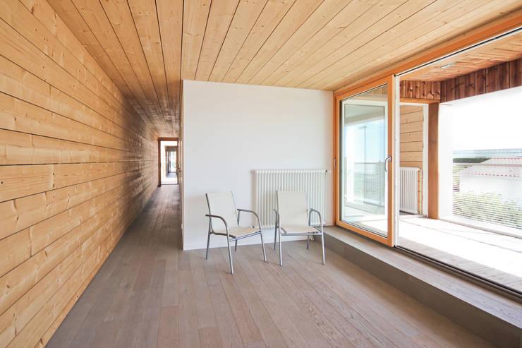 étage logement 1: Salle multimédia de style  par TICA