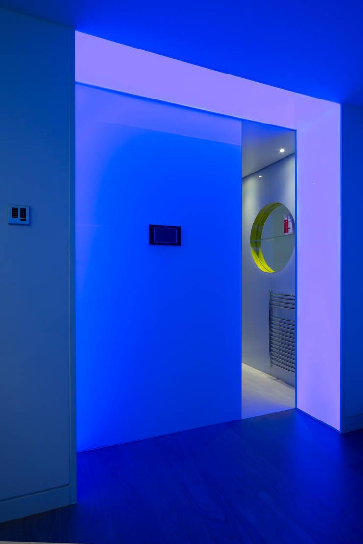 Illuminated entrance into the sauna:  Bathroom by Applelec