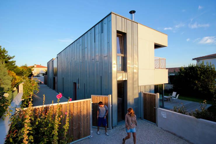 Entrée_peau en zinc: Terrasse de style  par TICA