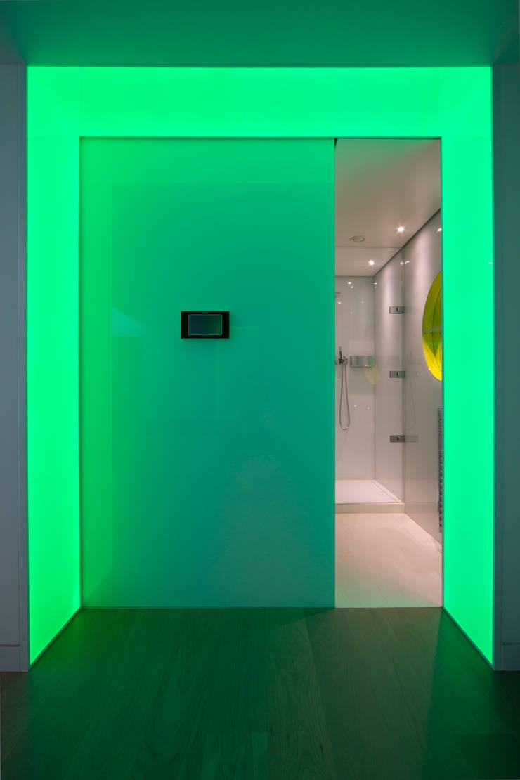 Entrance to the sauna :  Bathroom by Applelec