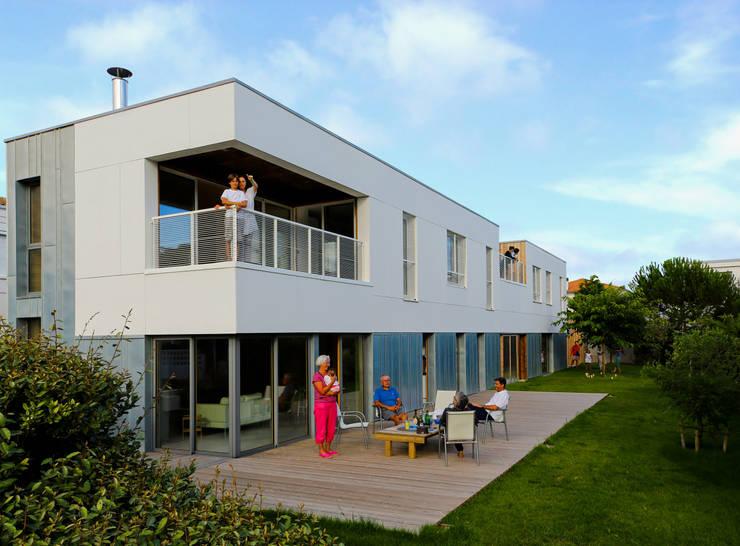 terrasse et balcon logement 1: Terrasse de style  par TICA