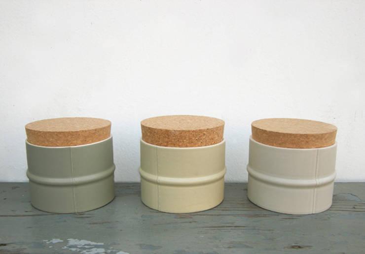 Tuya:  Woonkamer door RENATE VOS product & interior design