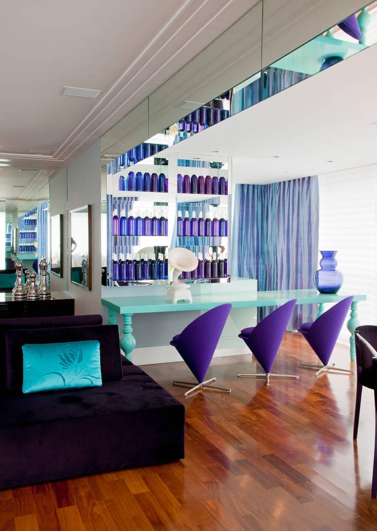 Apartamento Colorido - Depois: Salas de estar  por Brunete Fraccaroli Arquitetura e Interiores