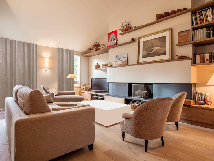Appartement à Louveciennes: Salon de style  par Agence MOHA