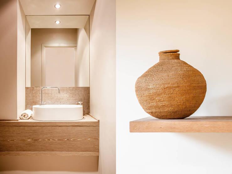 Appartement à Louveciennes: Salle de bains de style  par Agence MOHA