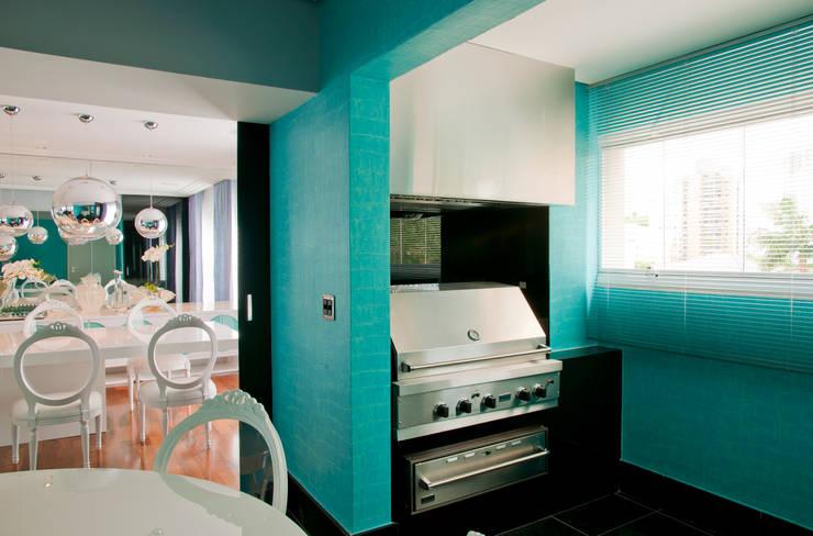 Apartamento Colorido - Depois: Cozinhas  por Brunete Fraccaroli Arquitetura e Interiores