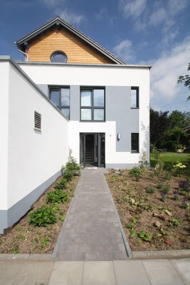 Haus T - Neubau EFH - KFW 70 Standard :  Häuser von AIB - Architektur - Ingenieurbüro Billstein - Köln,Klassisch