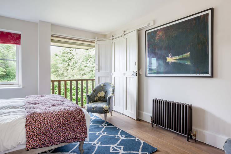 Guest bedroom:  Bedroom by Whitaker Studio