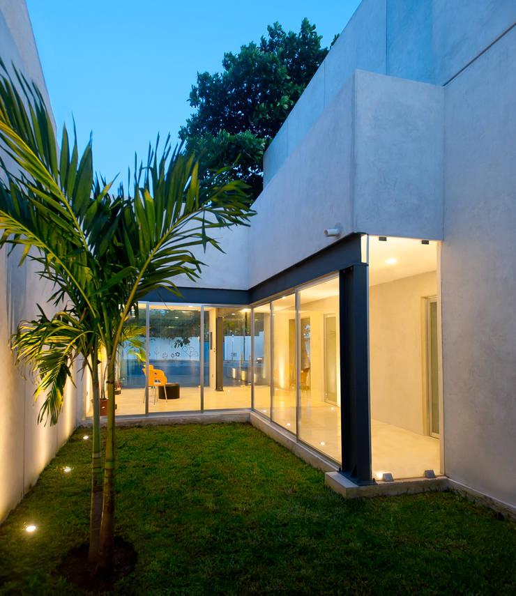 Jardín interior: Edificios de Oficinas de estilo  por Arturo Campos Arquitectos