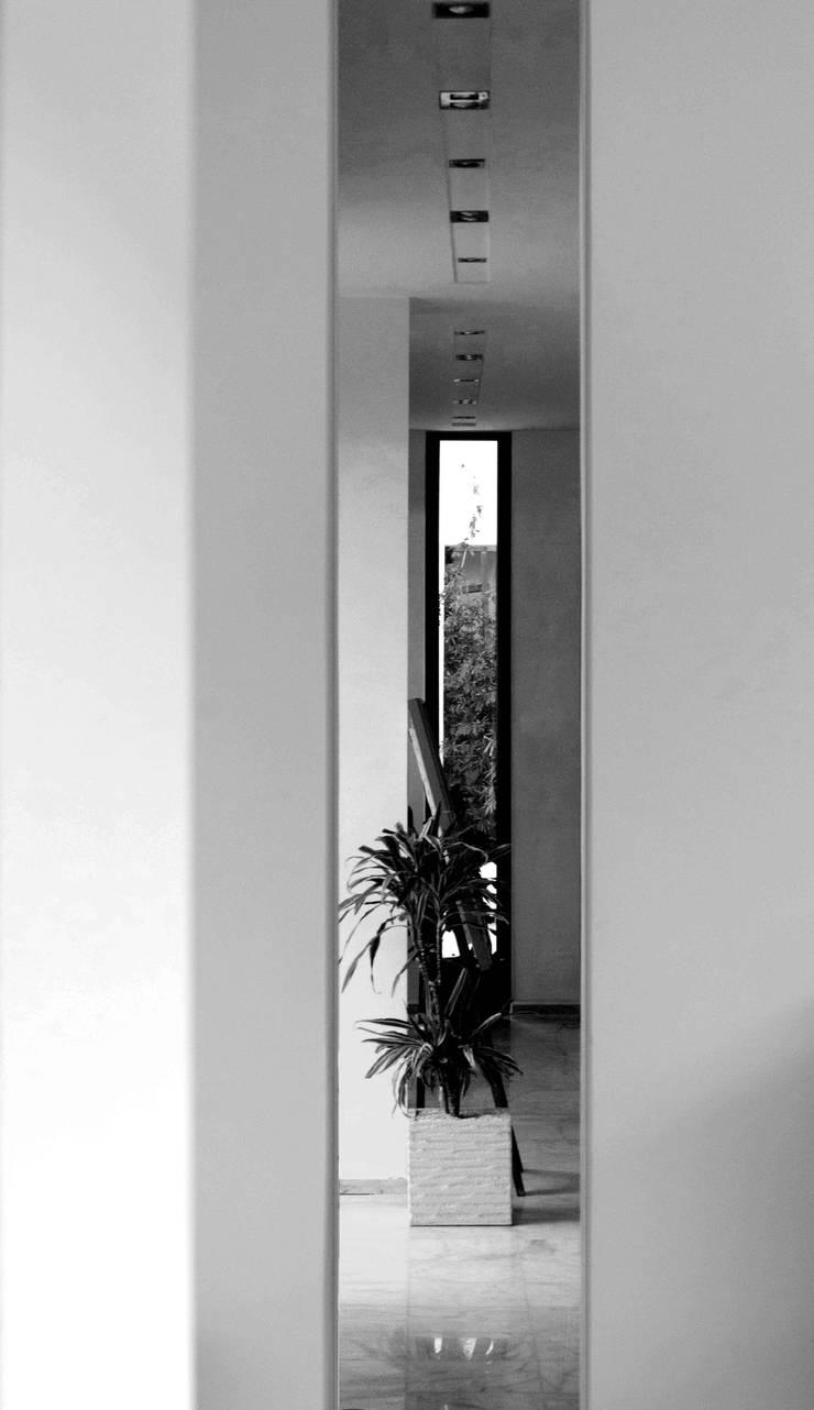 Internal views: Ingresso & Corridoio in stile  di Ilaria Di Carlo Architect - IDC_studio