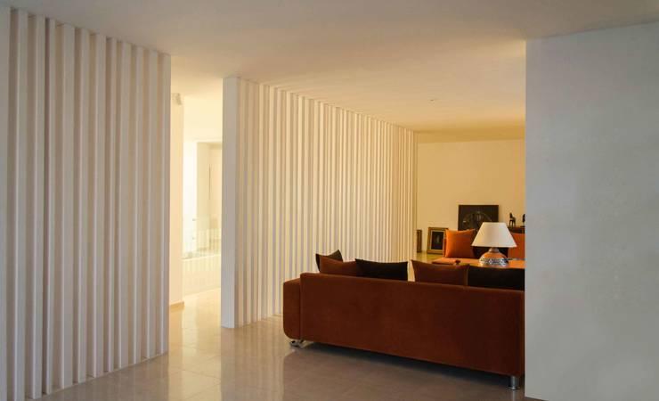 private living room: Studio in stile  di Ilaria Di Carlo Architect - IDC_studio