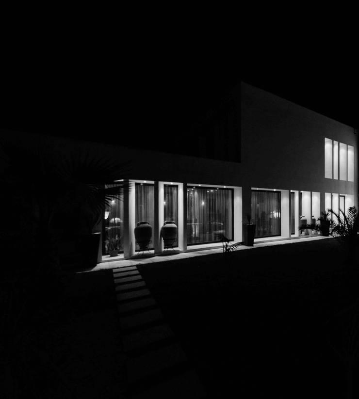 Main elevation by night: Case in stile  di Ilaria Di Carlo Architect - IDC_studio