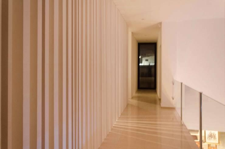 Pasillos y vestíbulos de estilo  por Ilaria Di Carlo Architect - IDC_studio