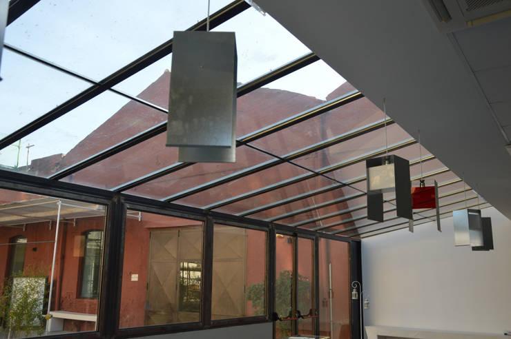 LALA 'MPARA: Balcone, Veranda & Terrazzo in stile  di Studio Arkilab - Seby Costanzo