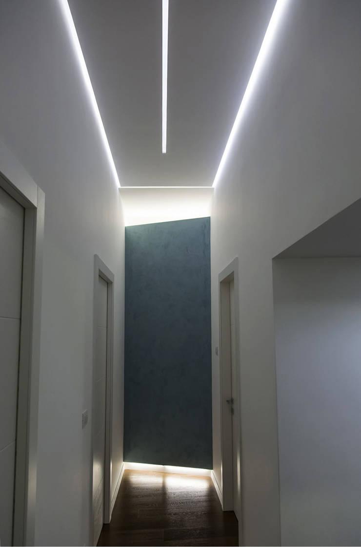 Casa T2A: Ingresso & Corridoio in stile  di EStudio Architettura, Moderno