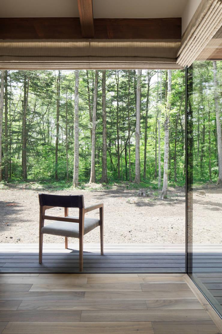 テラスへとつながる縁側的な空間~025軽井沢Sさんの家: atelier137 ARCHITECTURAL DESIGN OFFICEが手掛けたテラス・ベランダです。