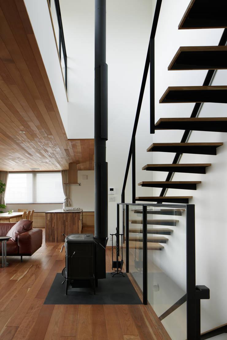 階段吹抜~甲府 I さんの家: atelier137 ARCHITECTURAL DESIGN OFFICEが手掛けた廊下 & 玄関です。,