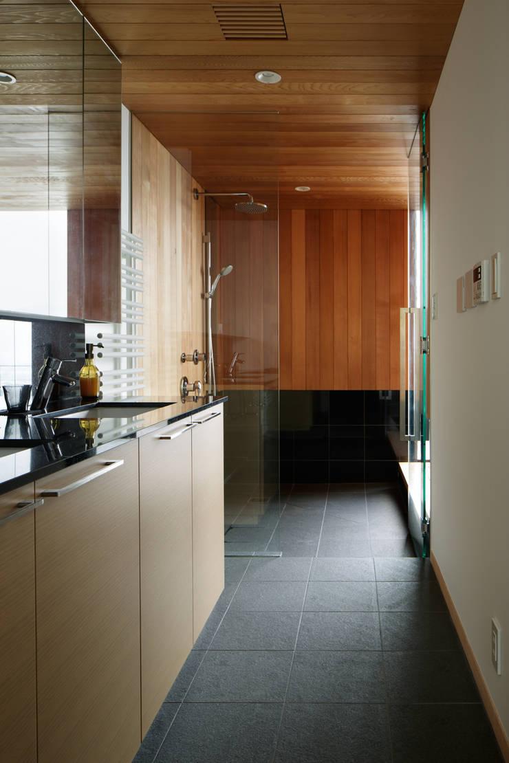 洗面脱衣室~甲府 I さんの家: atelier137 ARCHITECTURAL DESIGN OFFICEが手掛けた浴室です。,