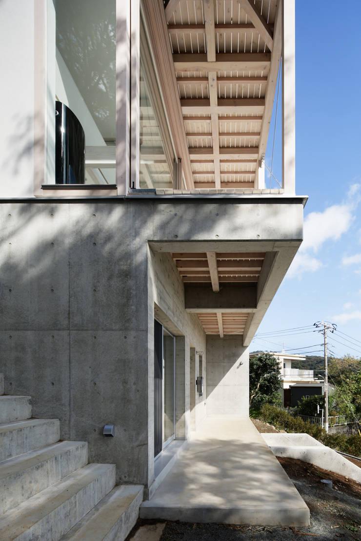 玄関ポーチ~熱海伊豆山Yさんの家: atelier137 ARCHITECTURAL DESIGN OFFICEが手掛けた家です。