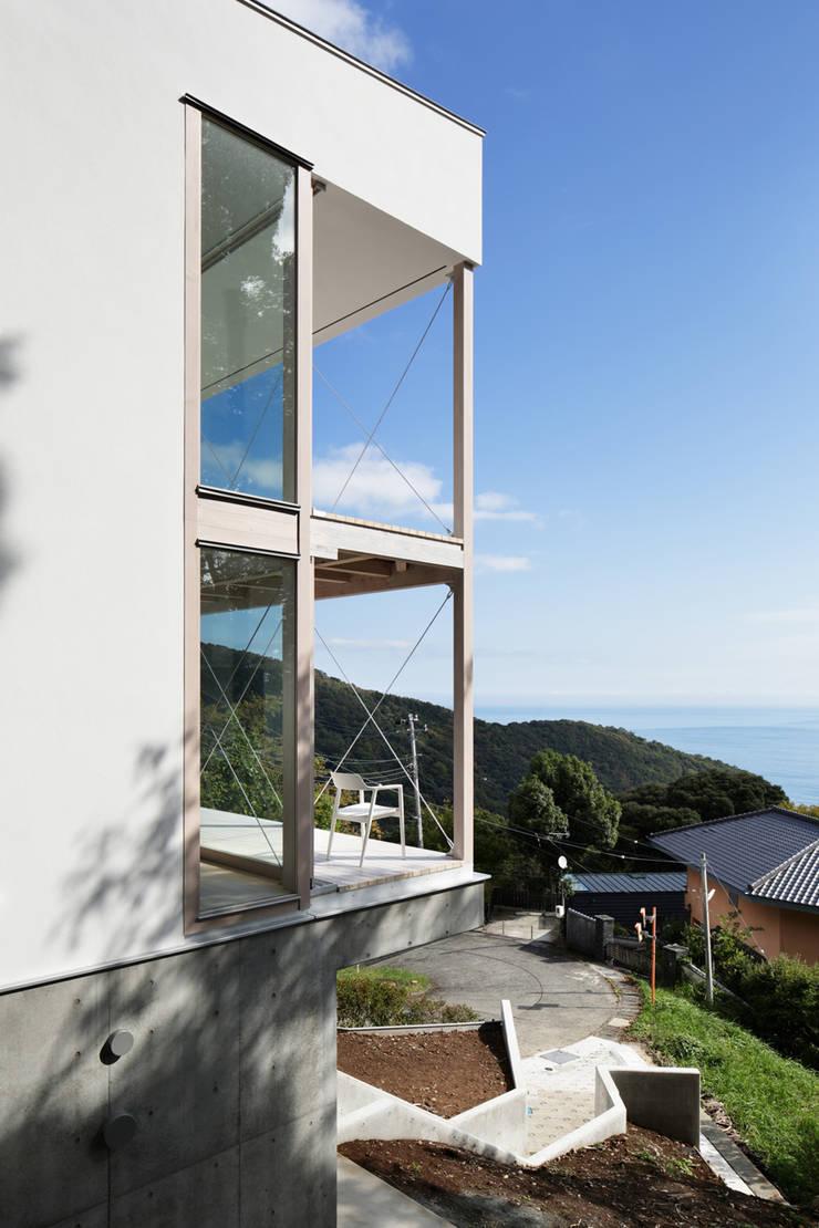 外観~熱海伊豆山Yさんの家: atelier137 ARCHITECTURAL DESIGN OFFICEが手掛けた壁です。
