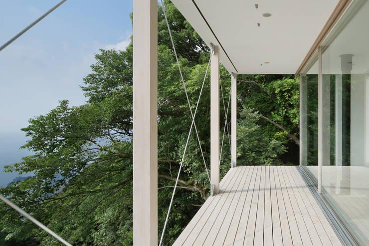 ベランダ~熱海伊豆山Yさんの家: atelier137 ARCHITECTURAL DESIGN OFFICEが手掛けたテラス・ベランダです。