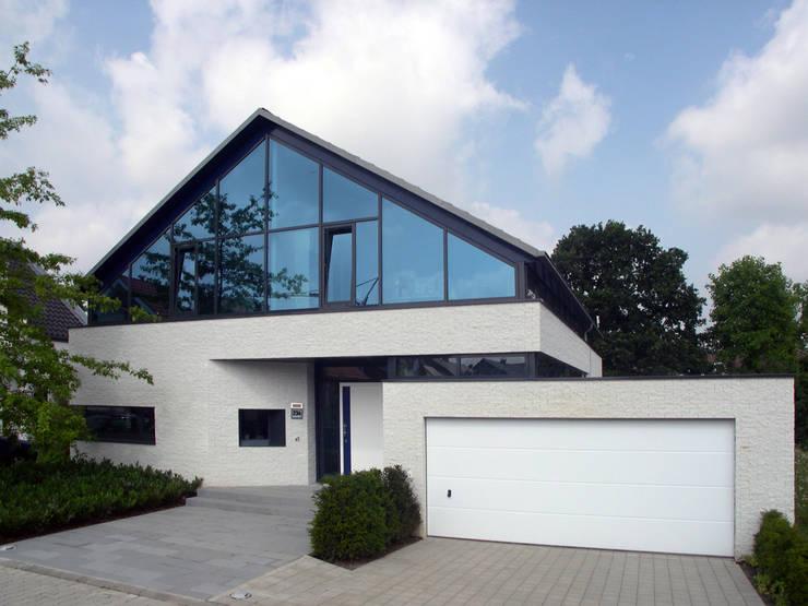 Ansicht Straße: moderne Häuser von Architekturbüro Sahle