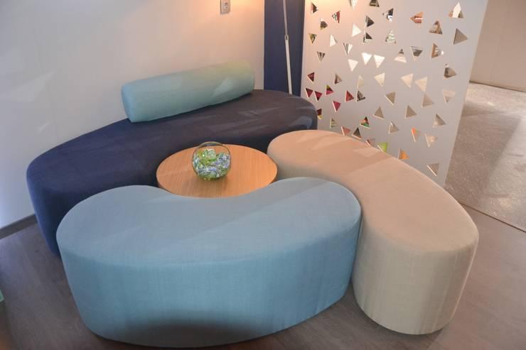 Diseño del stand, los muebles y el interiorismo para Mobenia y Comersan en la feria INTERIHOTEL 2014: Vestíbulos, pasillos y escaleras de estilo  de Mireia Cid